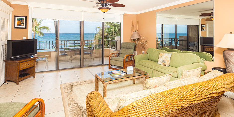 2 Bedroom Oceanfront livingroom at Paki Maui